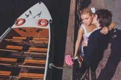 新娘和新郎在消遣河船背景  在视图之上 库存图片