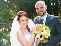 新娘和新郎在湖旁边 库存照片