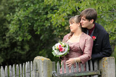 新娘和新郎在秋天在木花园大门 免版税库存照片