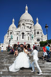 新娘和新郎在耶稣圣心教会 库存图片