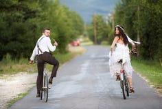 新娘和新郎在自行车 免版税图库摄影