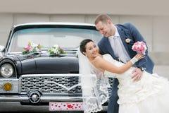 新娘和新郎在街道上 库存照片