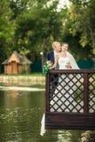 新娘和新郎在银行 免版税库存图片