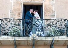 新娘和新郎在阳台 库存照片