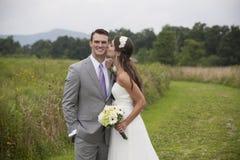 新娘和新郎在领域 免版税库存图片