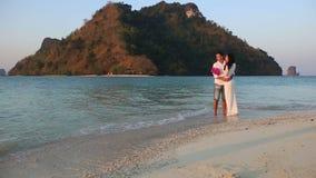 新娘和新郎在水中拥抱身分反对海岛 股票录像
