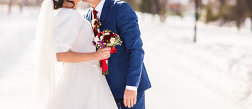 新娘和新郎在他们的冬天婚礼 图库摄影