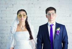 新娘和新郎在滑稽的玻璃 库存照片