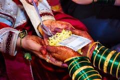 新娘和新郎在Haldi仪式几天在一个印度婚礼前 库存图片