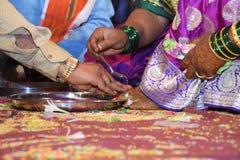 新娘和新郎在Haldi仪式几天在一个印度婚礼前 免版税库存照片