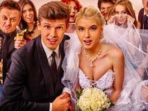 新娘和新郎在photobooth 库存照片