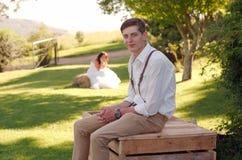 新娘和新郎外部教会 免版税库存图片