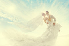 新娘和新郎夫妇跳舞、婚礼礼服和长的面纱 图库摄影