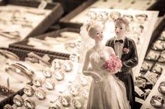 新娘和新郎婚礼结合有圆环的小雕象 免版税库存照片