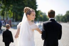 新娘和新郎室外画象  库存图片