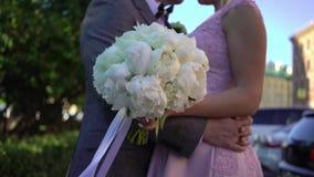 新娘和新郎拥抱 股票视频