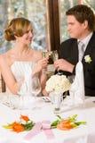 新娘和新郎敬酒 库存图片