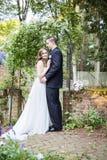 新娘和新郎画象在庭院里 库存图片