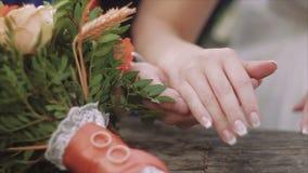新娘和新郎的特写镜头在婚礼花束的手和圆环 婚姻概念 股票视频