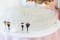 新娘和新郎的玻璃安排 免版税图库摄影