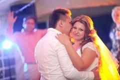 新娘和新郎的美好的接触的第一个舞蹈 库存图片