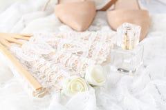 新娘和新郎的香水瓶 婚礼accessorie秀丽  免版税库存图片