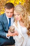 新娘和新郎看烛光 免版税图库摄影