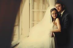 新娘和新郎看起来在前面的周道的身分开放 库存照片