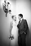 新娘和新郎突出最近的光蜡烛 免版税库存图片