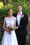 新娘和新郎立场在公园 免版税库存照片