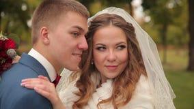 新娘和新郎笑并且享受步行 股票录像