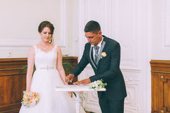 新娘和新郎签署的结婚证书 库存图片