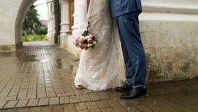 新娘和新郎紧挨着站立 影视素材