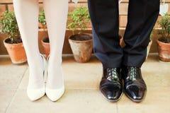 新娘和新郎腿 免版税库存照片