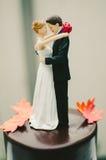 新娘和新郎蛋糕轻便短大衣 图库摄影