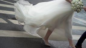 新娘和新郎走 股票视频