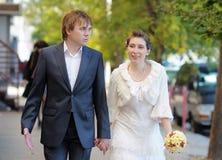 新娘和新郎走 库存图片