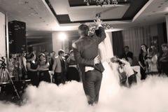 新娘和新郎跳舞华尔兹 免版税库存图片