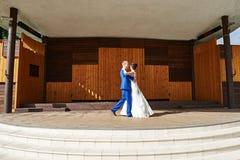 新娘和新郎跳舞在夏天场面停放 库存照片