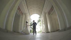 新娘和新郎跳舞在曲拱 影视素材