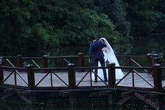 新娘和新郎跳舞在桥梁 库存图片