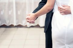 新娘和新郎跳舞在阶段在餐馆和庆祝婚礼 免版税库存图片