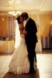 新娘和新郎跳舞 免版税图库摄影