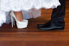 新娘和新郎鞋子 免版税图库摄影