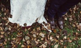 新娘和新郎鞋子  免版税库存照片