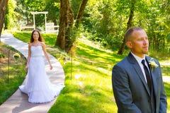 新娘和新郎首先看片刻 图库摄影