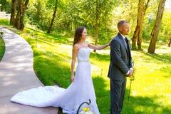 新娘和新郎首先看片刻 免版税图库摄影
