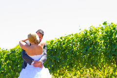 新娘和新郎首先看 免版税库存照片