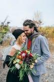 新娘和新郎首次会议  秋天户外婚礼 附庸风雅 免版税库存图片