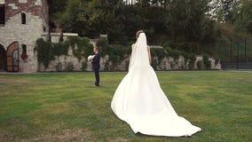 新娘和新郎首次会议  股票视频